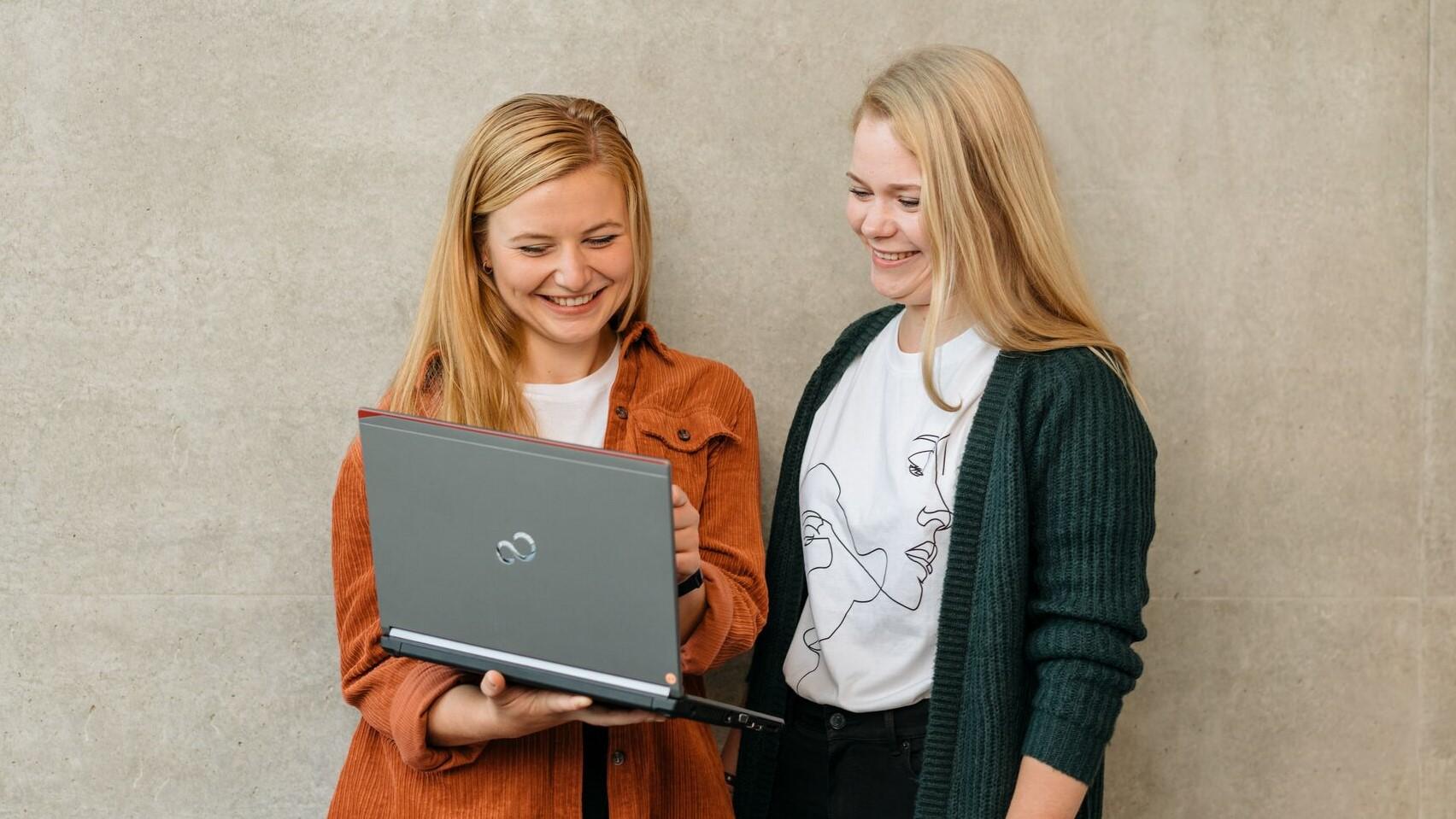 Zwei Studentinnen mit Laptop