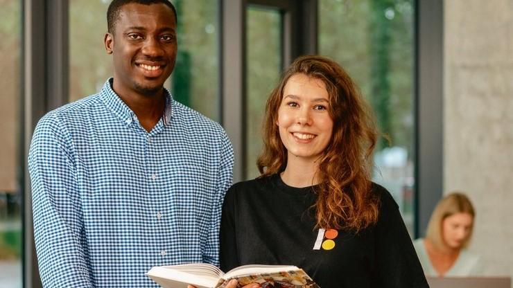 Studierende mit Buch